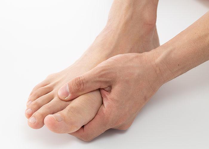 足を手で握っている様子